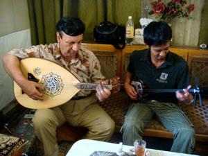 アラブの民族楽器ウード奏者・アドナーン氏のお宅を訪問し、一緒に演奏する池田卓さん