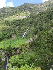 レユニオン島の山肌から流れる滝